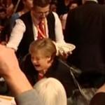 GERMANIA: Doccia fredda per la Merkel….ma di birra. Un cameriere inciampa…e il bagno è servito