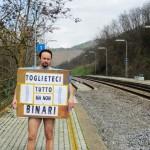 """PENDOLARI: Toglietemi tutto…ma non i binari. La protesta """"nuda"""" di Omoboni in difesa della Faentina"""