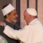 Papa Francesco in Egitto prega su luogo dell'attentato dell'Isis nella chiesa copta – Il video