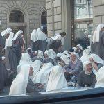 Firenze – La foto con il bivacco delle suore diventa virale